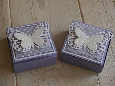 Eine neue süße Verpackung... Verwendet habe ich das neue Designerpapier im Block für Hintergründe Pastellfarben - ich habe mich jetzt schon in das DP verliebt (schwärm...) - sowie die Thinlits Formen Schmetterlinge. Dafür habe ich das Besondere DP Zauberhaft und Glitzerpapier Diamantengleißen gewählt.