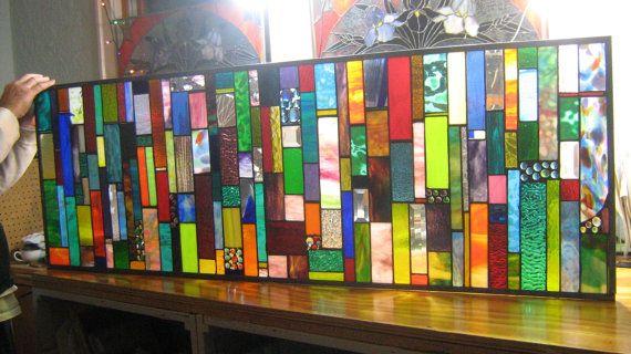 SUPERBE ! Ce panneau a tellement de choses à regarder. Depuis les combinaisons de couleurs belles à la verrerie dart magnifique choisi. De la lisse aux choix de verre très texturé. GEM distribution et variation pour effacer des biseaux. TAILLE EST IMPORTANTE. CELUI-CI EST DÉJÀ VENDU, MAIS JE PEUX FAIRE UN TABLEAU SIMILAIRE POUR VOUS !    Voici un 60 X 20 que panneau conçu dans des couleurs brillantes et nombreux joyaux avec biseaux. Cétait personnalisé commandé et acheté comme un cadeau de…