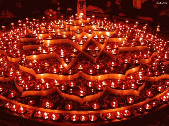 【インド】光のフェスティバル  −ヒンドゥー教の新年のお祝い−  10月末から11月初めに行われる新年の祭り。 別名「光のフェスティバル」と呼ばれている。  −女神ラクシュミ−  収穫の時期でもある為、女神ラクシュミを盛大に奉る。