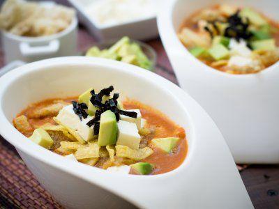 Receta de Sopa Azteca Tradicional | Esta receta de sopa de tortilla mexicana es recomendable porque que mejor que empezar tu comida con un antojito típico. Siempre manteniendo el toque un tanto picante y con todos los ricos elementos que la componen.