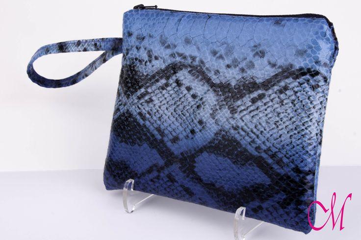 Bolso de mano en snake print con cierre de cremallera y agarre lateral. www.monetatelier.com