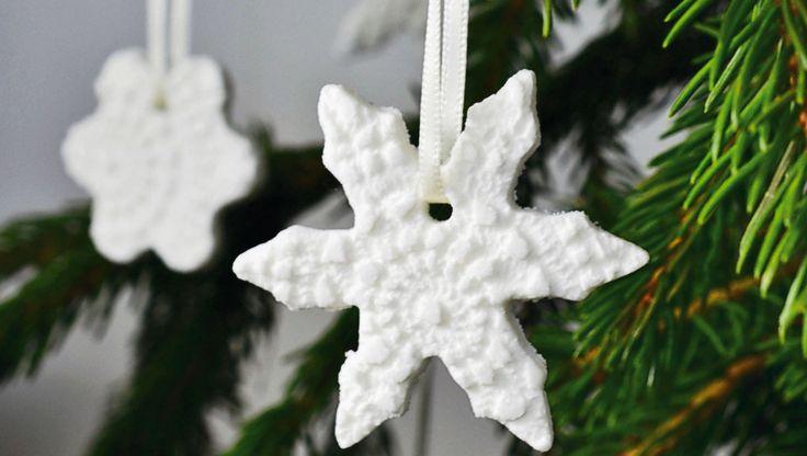 """Du kan lave de fineste snefnug ud af hjemmelavet """"porcelæn"""" ved hjælp af peberkageforme og gamle hækleduge. Søde på juletræet eller som pynt i vinduet"""