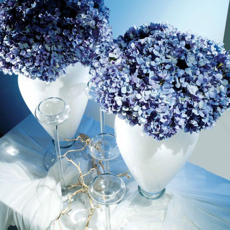 Vasi vetro, orchidee artificiali e portacandele.