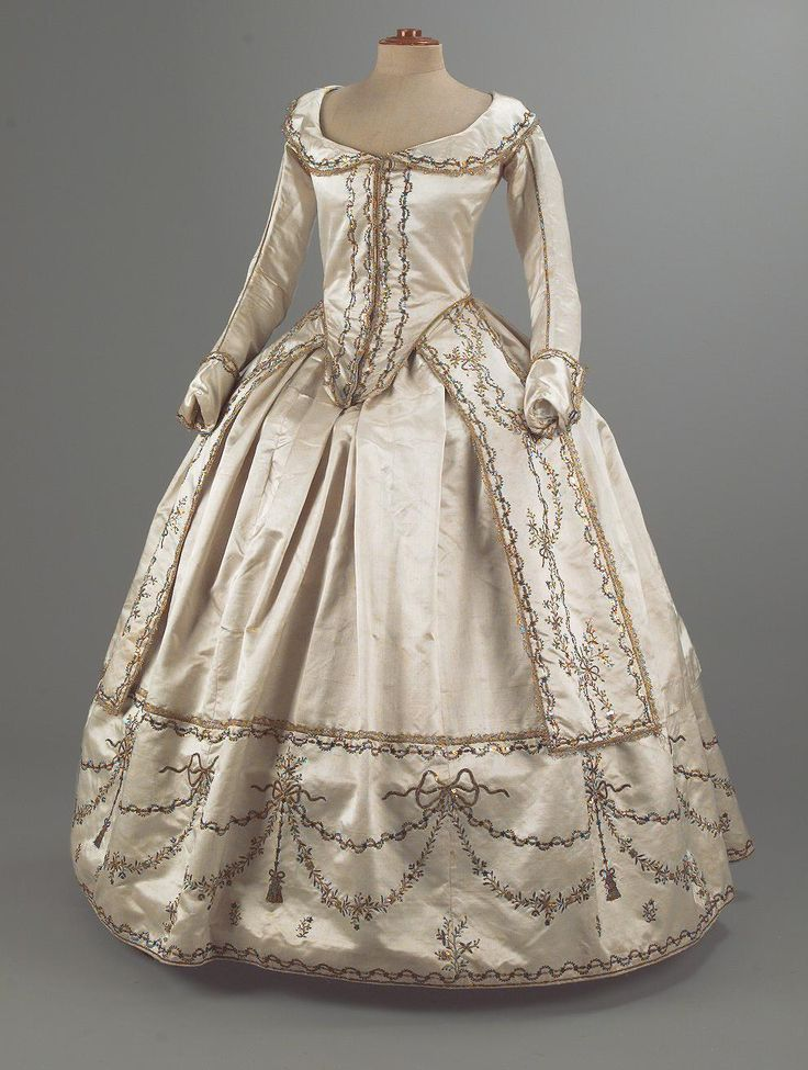 Robe à l'Anglaise, c.1780s. This is a good example of the simplification of dress in the late 18th century, which would eventually lead to the Empire style.
