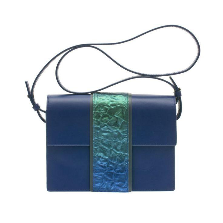 蒔絵のバッグ ショルダーバッグ オーロラの湖面 チタン粉 日本の伝統工芸、漆工芸にかかわる様々な素材と技術にこだわり「伝統を現代に活かす」ミニマムでラグジュアリー、現代の女性の持つ強さとしなやかさを表現した高級感あふれるデザイン  URUSHI SAKAMOTO Wearable MAKIE Shoulderbag aurora Lake Titanium gradation コンパクトで内側にカードを入れるポケットも、結婚式やパーティーなどのフォーマルなシーンにはもちろんカジュアルなシーンやお着物にもお使いいただけます。 #蒔絵バッグ #牛革ハンドバッグ #ショルダーバッグ #グラデーション #オーロラカラー #leatherbags  #Shoulderbag #gradation #MAKIEbag #ミニマムデザイン #チタンブルー #ラグジュアリー #高級感あふれる #坂本これくしょん #会津若松市