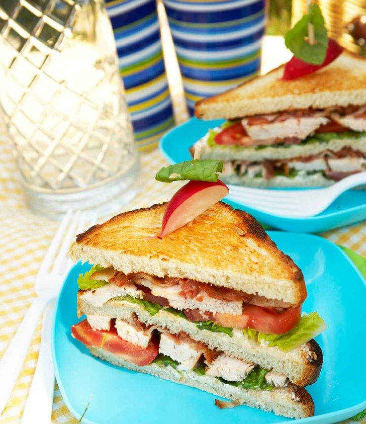 Club Sandwich er en saftig godbit med kyllingfilet, bacon, tomat, salat, majones og toastbrød.