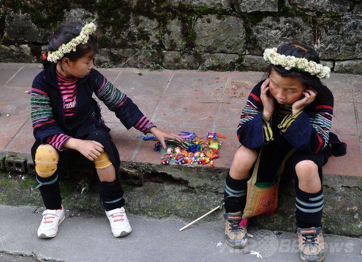 ベトナム北部ラオカイ(Lao Cai)省の観光地サパ(Sapa)で土産物を売る少数民族モン(H'mong)の少女たち(2014年5月10日撮影)。(c)AFP/HOANG DINH Nam ▼7Jul2014AFP|ベトナムから中国へ「花嫁」として人身売買 http://www.afpbb.com/articles/-/3019844 #Sapa_Lao_Cai #H_mong