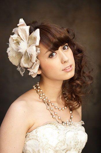 大ぶりコサージュで ウェディングドレス・カラードレスに合う〜ハーフアップの花嫁衣装の髪型まとめ一覧〜