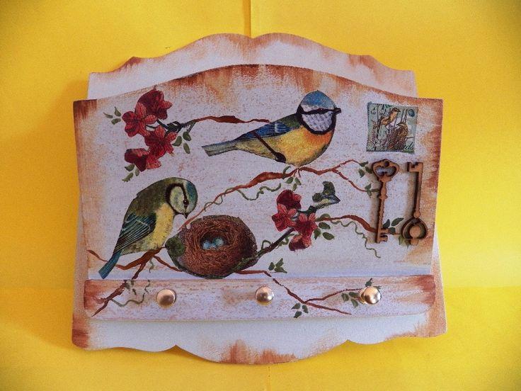 Porta chaves/cartas, tema: pássaros, ninho, flores e selo. <br>Técnica em decoupagè. <br>Apliques em mdf de duas chaves. <br>Três ganchos para pendurar chaves. <br>Super útil e lindo como decoração para sua casa.