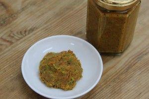 0603豆板醤 ・ソラマメ       10粒(約50g) ・赤唐辛子(粉末)   5g ・塩          7g ・米麹         3g ・味噌         小さじ2 ※米麹がなければ味噌小さじ3にしてください。 ①ソラマメを3分ほど蒸して皮をむきます。 (皮の食感が嫌でなければ皮をむかなくても良いです。) ②①をすり鉢にいれてすります。 ③②に赤唐辛子・塩をいれて再度すります。 ④③の粗熱が取れたら、米麹と味噌をいれてすります。 ⑤耳たぶほどの固さになるよう、ぬるま湯をいれて調整し、 あとは瓶に入れて熟成させれば完成。材料を混ぜて待つだけなので簡単にできます。熟成が進めば辛みと塩味の角が取れて旨みがででくるのですぐ食べないで冷暗所に保存してくださいね。もちろんすぐ食べても美味しいので、少しずつ食べて味の変化を楽しむのも良いですね