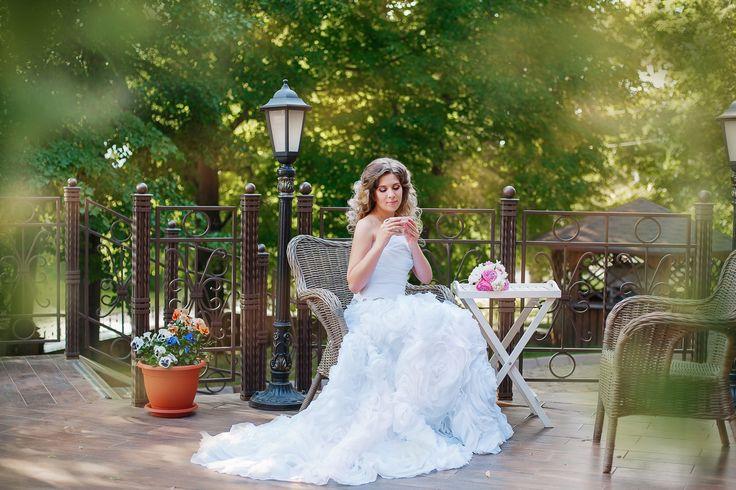 Невест отдыхает в плетеном кресле на террасе