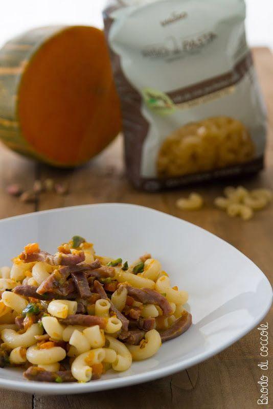 Una pasta leggera con zucca, pistacchi, crudo e una gustosa salsa al parmigiano ad arricchirla. Un piatto completo e saporito.