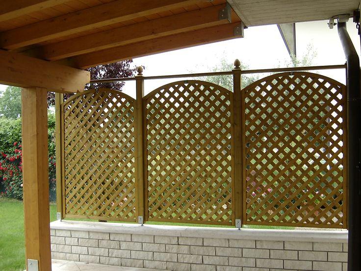 Composizione di pannelli grigliati frangivista con arco lamellare superiore h. 180cm. con pigne decorative.