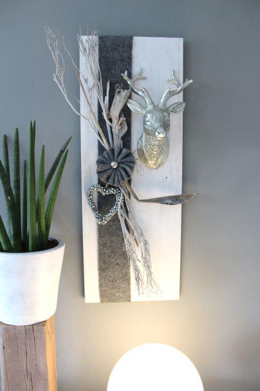 HE62 – Edle Wanddeko aus neuem Holz! Weiß gebeiztes Brett, dekoriert mit natürlichen Materialien, Filzband, Filzrosette, einem Miniglockenherz und einem großen Hirschkopf! Größe 30x80cm – Preis 79,90€