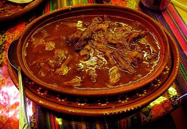 La birria es uno de los platillos más típicos y deliciosos de Jalisco, su exquisito sabor pone en alto a la gastronomía jalisciense, por lo que puede disfrutarse de muchas maneras en las diferentes regiones del estado en donde tienen una forma característica de prepararla.