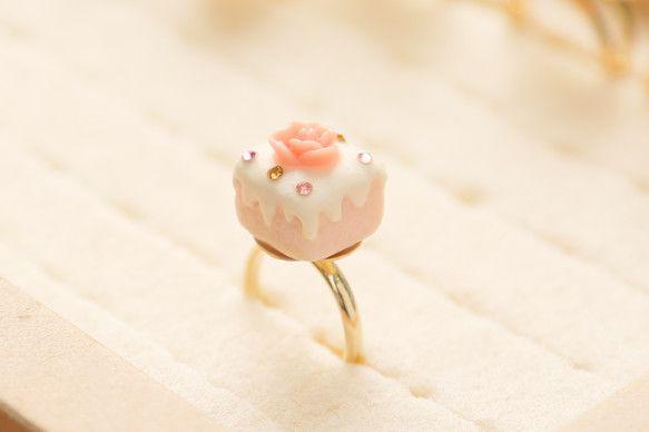 ケーキの指輪です。ピンクのスポンジに白のクリーム。リング台はゴールドです。金属アレルギーやメッキ加工したものが肌に合わない方はご遠慮くださいませ。画面と実物で... ハンドメイド、手作り、手仕事品の通販・販売・購入ならCreema。