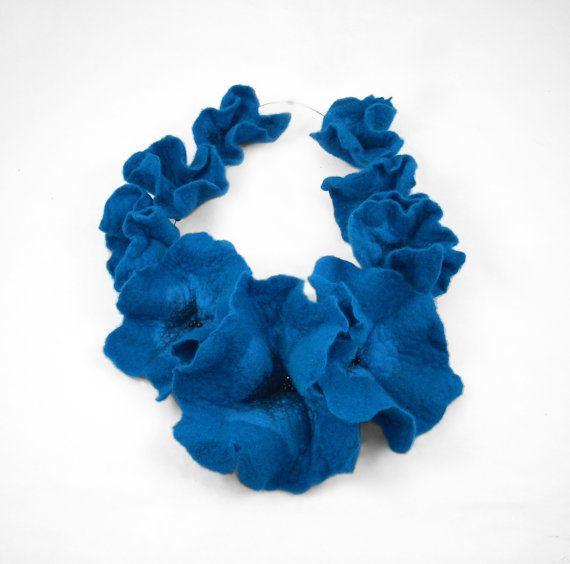 He encontrado este interesante anuncio de Etsy en https://www.etsy.com/es/listing/106595840/felt-collar-turquoise-felted-collar-felt