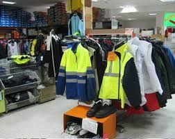 Tienda de uniformes de trabajo: La actividad que desarrolla este negocio es la comercialización de uniformes para todos aquellos sectores en los que es necesario su uso.