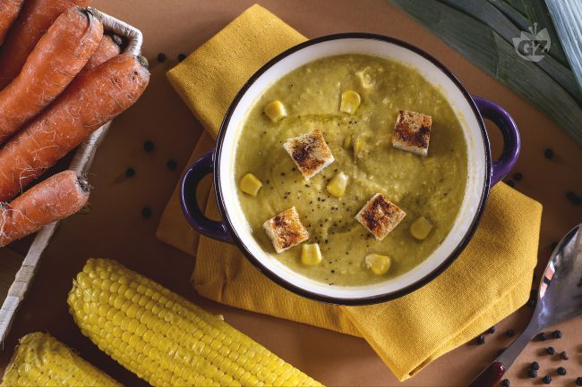 La zuppa di mais è un primo piatto gustoso, preparato con mais fresco, insaporito da porro e carote e accompagnato da golosi crostini piccanti!