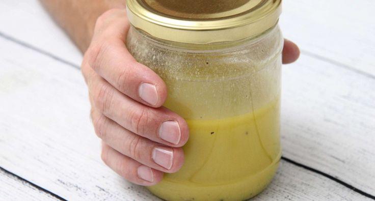 Egyszerű vinaigrette öntet recept: Ezt az egyszerű vinaigrette öntetet pillanatok alatt el tudod készíteni. Szinte bármilyen salátához remekül passzol, legyen az fejes saláta, madársaláta, rukkola, vagy bármi amit szerettek. Abban az üvegben amiben elkészül, nyugodtan tárolható is. Egyetek egy jó salátát és készítsétek el hozzá ezt az egyszerű vinaigrette öntet receptet!