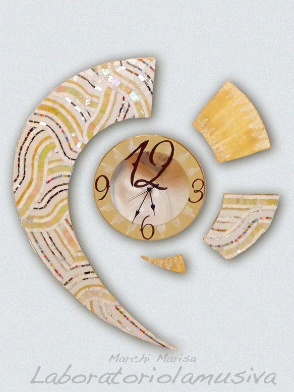 Virgola, orologio realizzato con tecnica a mosaico in paste vitree, murene di Murano e marmo. Elementi decorativi in pasta a rilievo.