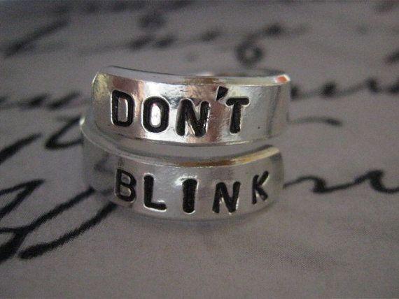 Doctor Who, ne pas cligner des yeux, médecin qui bijoux, cadeaux danniversaire pour les hommes, Twist anneau, bague, bijoux Dr qui Geekery bijoux, His et Hers Ne pas cligner des yeux. Ne même cligner des yeux. Clignoter et vous êtes morts. Ils sont rapides, plus vite que vous pouvez croire, ne tournez pas le dos, ne pas détourner le regard et ne pas cligner des yeux. Bonne chance. » Doctor Who Cet anneau a été inspiré par Dr Who et avait frappé des ne pas cligner des yeux. Il est réglabl...