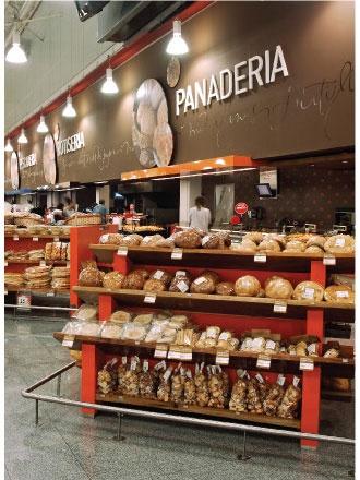 Supermarket Sign Design Paola Camano Diseño Alejandro: Interior de una panaderia de supermercado un tanto moderna.
