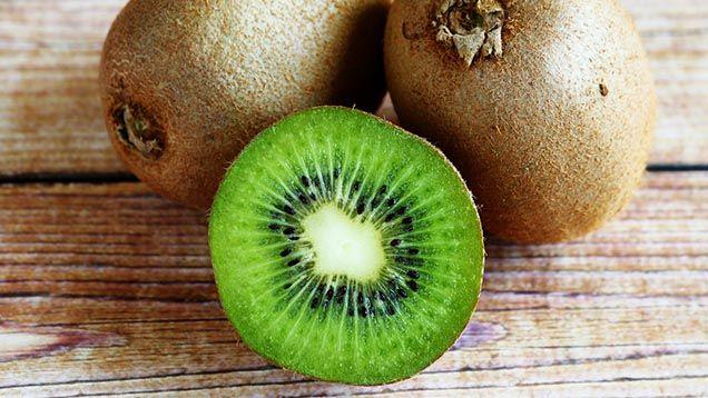 Melonen tappar smak i kyla, citronen möglar i rumstemperatur och jordgubbarna ska ligga på den kallaste hyllan i kylskåpet. Hur stor koll har du egentligen på hur du ska förvara dina frukter? Här är en enkel guide till var dina frukter ska ligga för att smaka godast och hålla bäst. 1. Citrusfrukter Många lägger citroner, apelsiner och lime i en fruktskål. Det ser fint och hemtrevligt ut men det är inte där du ska förvara dem. Alla citrusfrukter ska ligga i kylskåpet. De tål inte att ligga…