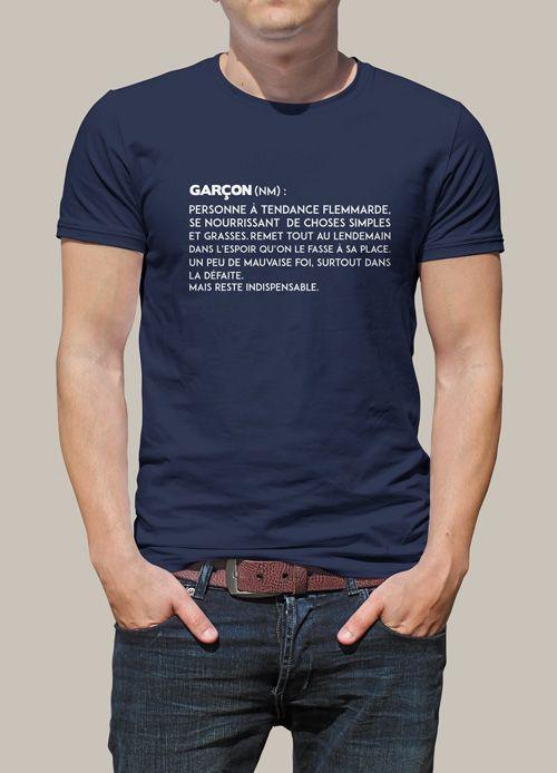 T-shirt personnalisé humoristique pour les hommes. Une définition parfaite pour décrire un homme, de sa tendance flemmarde à mauvais perdant en passant par paresseux mais TOUJOURS INDISPENSABLE !