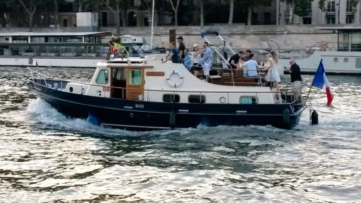 Créateur de souvenirs, BateauMonParis vous accueille à bord de ses péniches et bateaux privatisés pour des déjeuners et diners-croisière. Nous vous offrirons une atmosphère chaleureuse, raffinée et originale à l'occasion de votre mariage, anniversaire, séminaire, repas d'affaire, demande en mariage, apéritif flottant…#Boat #Bateau #Croisière #Paris #LaSeine #BateaumonParis