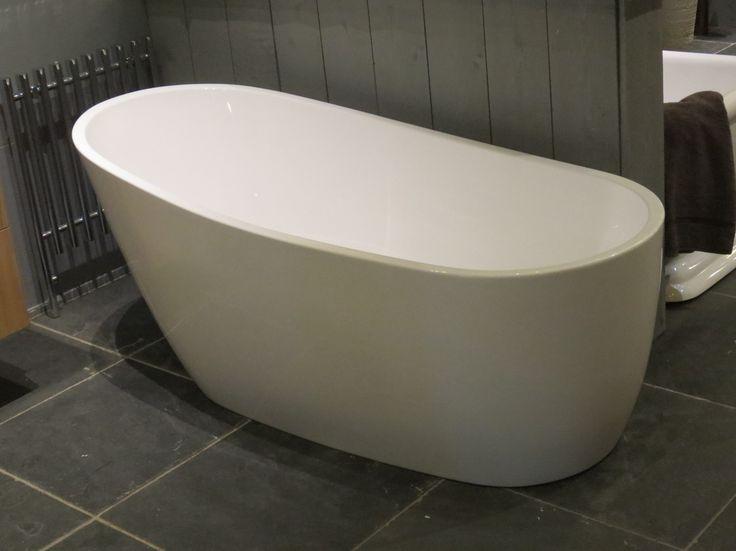 Vrijstaand bad Less 175x78cm showmodel met klein plekje rechts achter vandaar scherp in prijs! tevens hebben wij een ruim assortiment vrijstaande baden, klassiek bad op pootjes, te combineren met klassieke kranen, klassiek badkamermeubel in stijl van van | van der Kolk