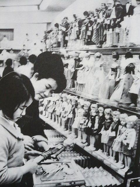 Tammy and Barbie dolls at a department store, Japan, 1966. En Japon se hicieron las primeras Barbies y se fabricaron hasta 1964 en ese pais