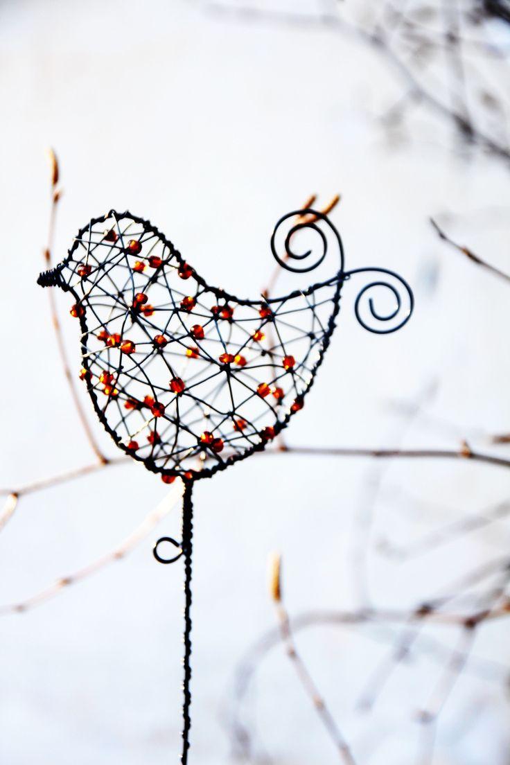 Ptáček...+drátovaný+ptáček+Ptáček+vyroben+z+černého+žíhaného+drátu,+doplněn+skleněnými+korálky+medové+barvy.+Je+prostorově+zpracován...+D…