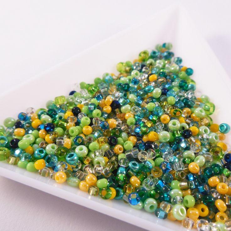 """Směs rokajlu """"žabičková II"""" 20 g Směs z kvalitního jabloneckého rokajlu velikost 11/0 až 10/0. Ideální na šité projekty, korálkové šňůry nebo paměťové náramky. Laděno do zelenožluta, obsahuje dost různých barev. Míchám směsi v limitovaném množství, příští směs se může lišit. Cena za 20 gramů Vlastní výroba :) žabičkám zdar!"""