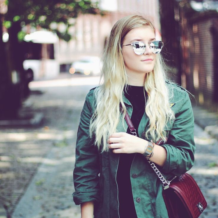 How to Style: Mirrored Sunglasses.  I think everyone has them; the Mirrored Sunnies! But how you style them is another thing. In this post, I show you one way. Butc, on my blog are a lot of other posts with mirrored sunnies!