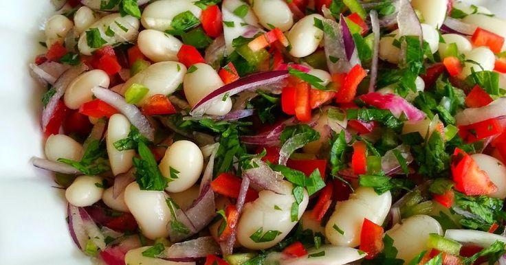 Malzemeler:  - 1 su bardağı fasulye  - 1 adet kırmızı soğan  - 1 adet kırmızı biber  - 1 adet yeşil biber  - 1 diş sarımsak  -...