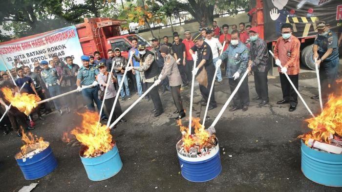 Direktorat Jenderal Bea dan Cukai Kantor Wilayah Sulawesi, musnahkan ribuan barang tak bercukai senilai Rp3,8 miliar lebih. Pemusnahan dipimpin Wakil Ketua Komisi XI DPR RI, Marwan Cik Asan, Kamis...