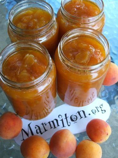 Recette de Confiture d'abricots aux amandes - Marmiton