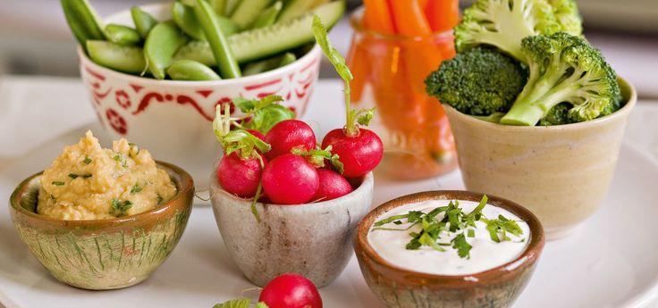 Kjøp Knaskegrønnsaker med hummus og resten av ukeshandelen med ett klikk! Sultne barn maser ofte på kokken om når middagen er ferdig. Her er en smart måte å tilfredsstille dem på. Barna liker ofte rå grønnsaker mye bedre enn kokte, og når sulten gnager om ettermiddagen, kaster de seg gjerne over hva som helst! Skjær opp grønnsaker, f.eks. gulrøtter, selleri, kålrot, agurk og hva du ellers har I kjøleskapet. Sett grønnsakene på bordet og la de sultne i familien spise mens du lager resten av…