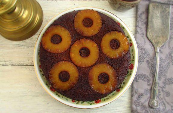Bolo de chocolate com ananás caramelizado