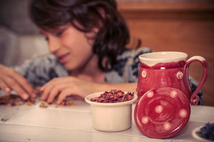 A piros, pont olyan, mint egy kellemes bögre tea: érzelmeket vált ki belőlünk, és különlegessé teszi a perceket, amelyeket társaságában tölthetünk el.  http://www.ukko.hu/