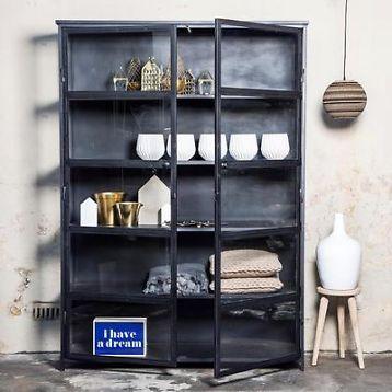 Vitrinekast industrieel lisa 140x40x200cm super hippe kast voor in huis of op kantoor. Deze prachtige vitrinekast is gemaakt van metaal met glas. Kleur: zwart de kast bestaat uit een stuk. Wij zijn