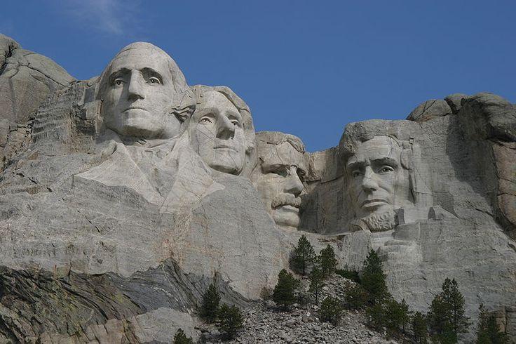 Le Mont Rushmore, représentant les 4 présidents les plus marquants de l'histoire américaine Georges Washington, Thomas Jefferson, Theodore Roosevelt et Abraham Lincoln (représentés de gauche à droite). La sculpture de cette montagne se fit de 1927 à 1941. Ce mont se situe dans l'état du Dakota du Sud.