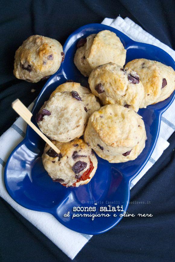 Brunch o festa dell'ultimo minuto? Ci sono gli scones! ...al parmigiano e olive nere, da farcire con quello che più vi piace. Soffici e friabili, davvero golosi!  La ricetta potete trovarla su http://noodloves.it/scones-salati-parmigiano-olive/ #Scones #Rustici #Salato #Parmigiano #Olive #Brunch #Feste #Panini #Muffin #Ricetta #Aperitivo #FingerFood