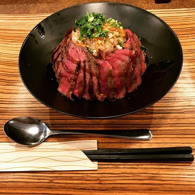 京都西院でのステーキ丼の火付け役 久しぶりに行ったけど、相変わらず大人気! 次は錦の肉寿司の方行きたい(OvO) 行きたい人、ぜひ行きましょー!  #京都ランチ #ステーキ丼 #ご飯大盛り #佰食屋 #人気店 #肉 #ステーキ #ウマー
