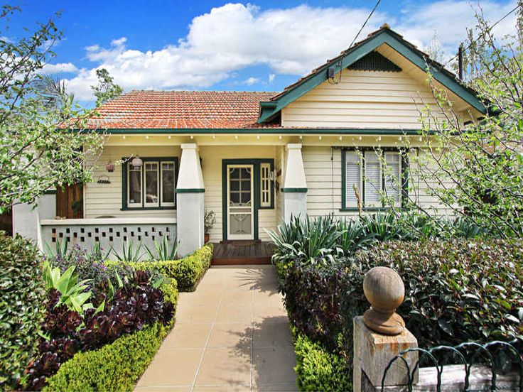 Weatherboard californian bungalow house exterior with bi for Weatherboard house designs