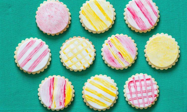 Helemaal hip: watercoloring. Zo maak je deze leuke koekjes.Ook leuk om de zijkant van een taart mee te versieren.