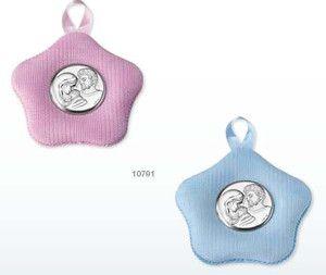 Medalion z pozytywką ozdobiony srebrnym emblematem przedstawiającym Świętą Rodzinę, idealny na prezent z okazji Chrztu. #dla_dziecka #upominek #urodziny
