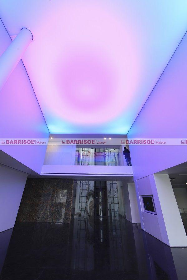 Không gian phòng khách với trần xuyên sáng đổi màu