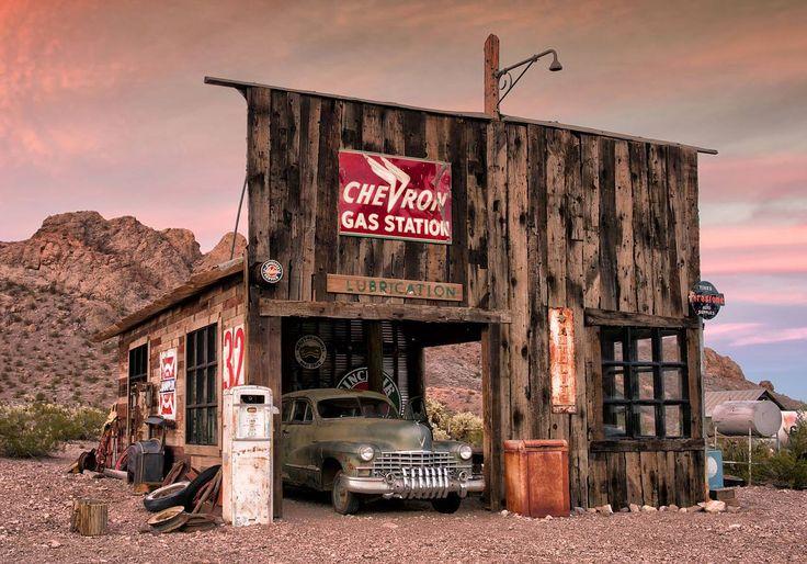 Faszinierendes Stileben aus dem Bildband Rost in Peace: In einer alten Tankstelle rostet ein 46er Cadillac vor sich hin